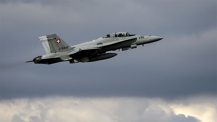 Foto, Video: Cazas suizos se acercan peligrosamente al avión de delegación rusa que volaba a la APEC