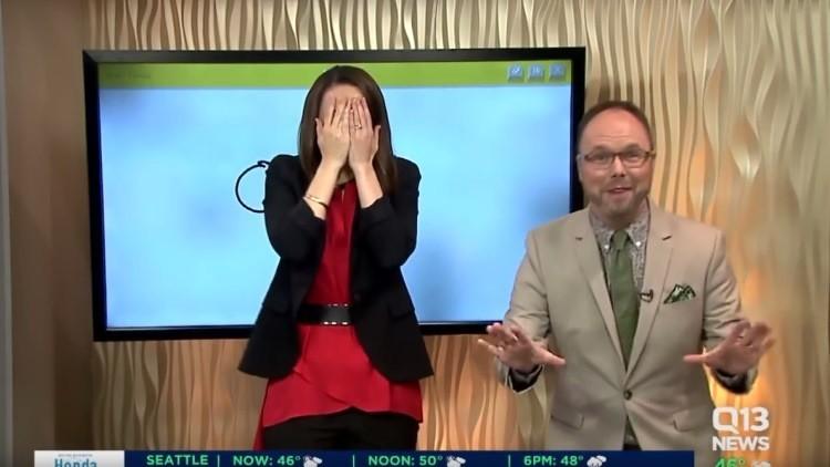 Una presentadora de noticias intenta dibujar un 'cañón', pero le sale 'otra cosa'