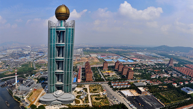 El rascacielos Longxi International Hotel en Huaxi, Jiangsu, China.