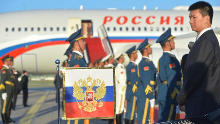 El abrazo del 'oso' y el 'dragón': Putin celebra los lazos con China y anuncia una visita al país