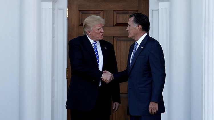 El presidente electo de EE.UU., Donald Trump, estrecha la mano a Mitt Romney después de mantener un encuentro en Bedminster, Nueva Jersey, EE.UU., el 19 de noviembre de 2016.