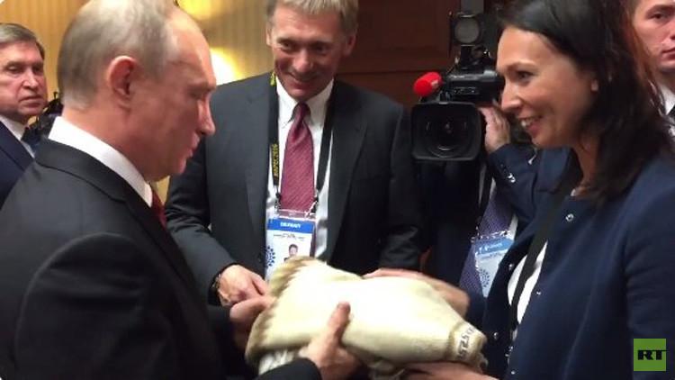 Putin recibe el suéter de una artesana peruana que fue arrestada cuando intentaba regalárselo