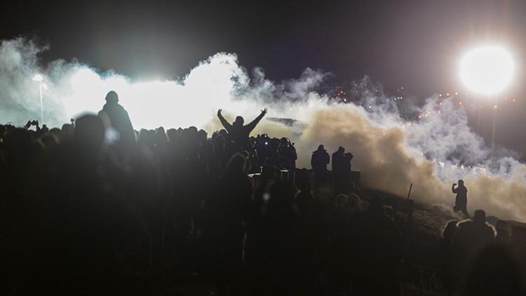 La Policía de Dakota del Norte lanza gases lacrimógenos contra los manifestantes.