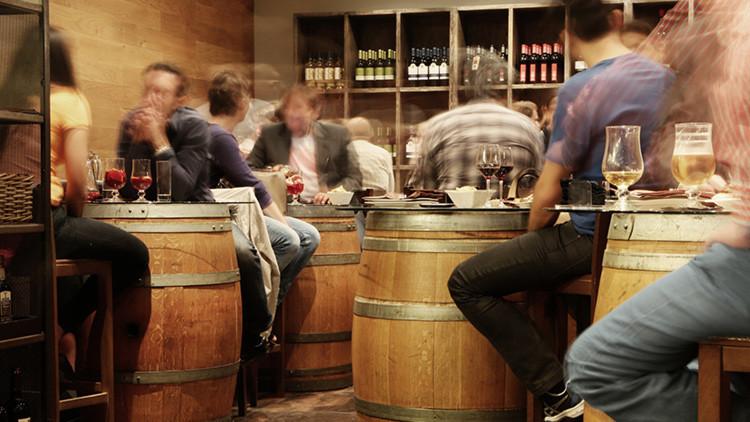 Si se pasó con el alcohol de joven, así podría influir en sus hijos