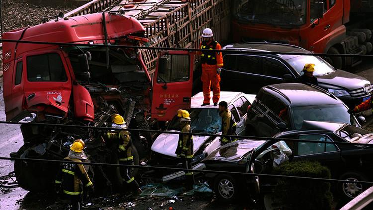 17 muertos y decenas de heridos en un monumental choque en cadena en China (VIDEO)