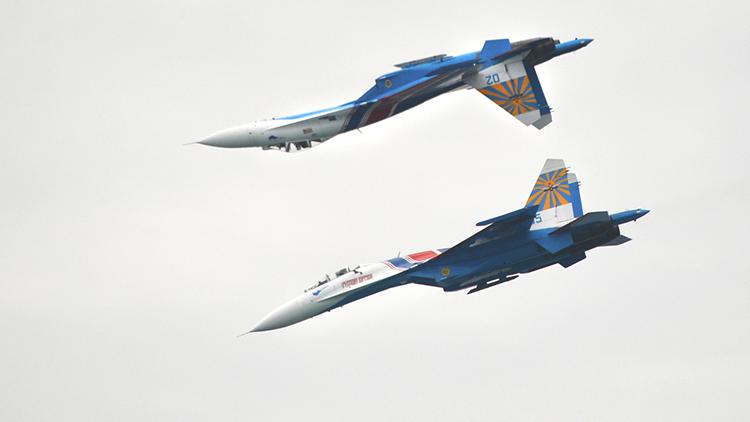 Espectaculares maniobras aéreas de los mejores cazas rusos en los cielos de Irán (VIDEO)