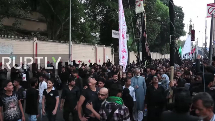 FUERTES IMÁGENES: Chiitas derraman sangre en Bombay durante la celebración del Arbaín