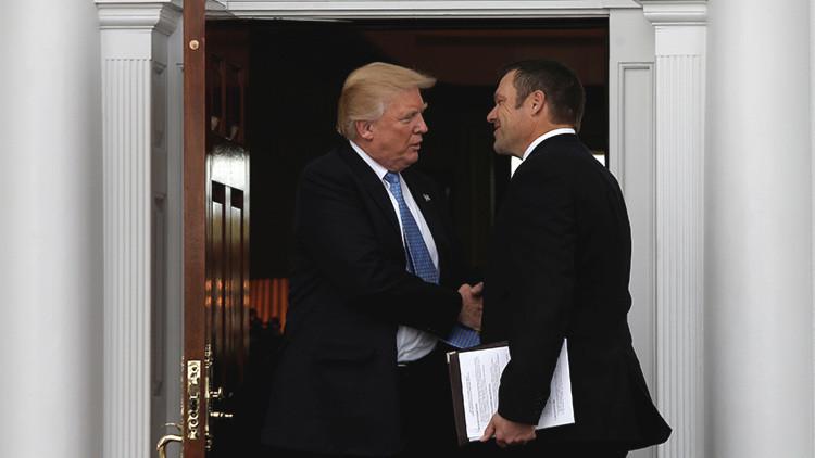 Un asesor de Trump muestra sin darse cuenta a la prensa un plan sobre la inmigración