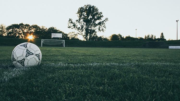 ¿Es este el peor remate de la historia del fútbol? (VIDEO)