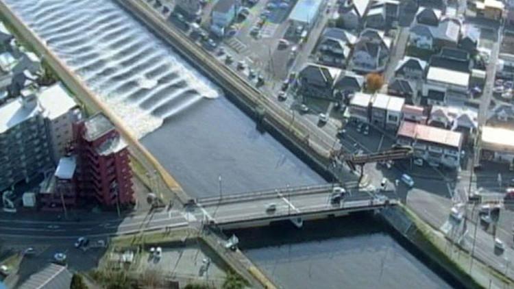 Captan el momento en que el tsunami tras el terremoto de Japón invierte el caudal de un río (Video)