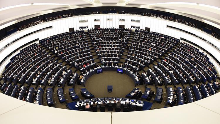 """""""La peor caricatura de la guerra fría"""": Europa aprueba una resolución contra los medios rusos"""