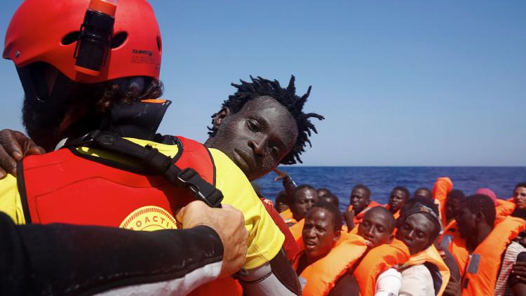 FUERTES IMÁGENES: Migrantes se ahogan tras hundirse su lancha junto a un barco pesquero