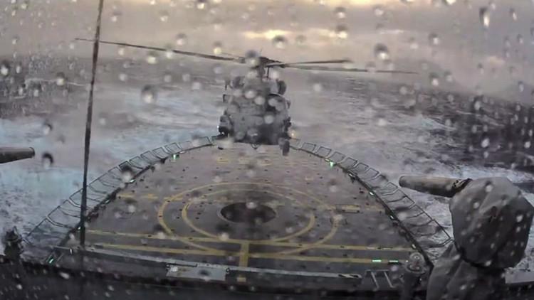 Captan impresionante aterrizaje de un helicóptero en un buque durante fuerte tormenta (Video)