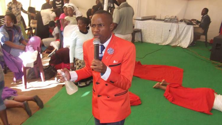 Un 'profeta' surafricano fumiga a sus parroquianos con insecticida para purificarlos