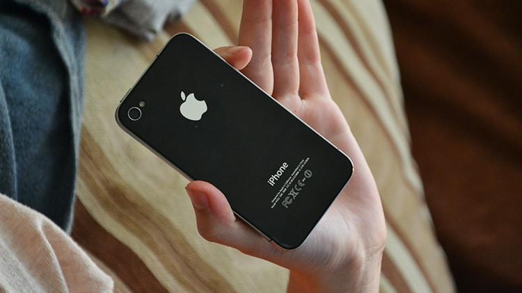 Un iPhone vuelve a funcionar tras pasar un año y medio en un lago (FOTOS)