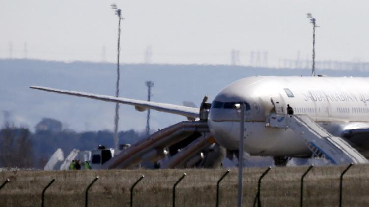 Un águila se incrusta en el ala de un avión en pleno vuelo y le abre un agujero (fotos)