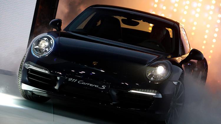FOTO: Deja su Porsche mal aparcado para irse a bailar y la Policía lo detona