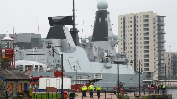 Remolcan de vuelta a un moderno destructor británico dos días después de zarpar