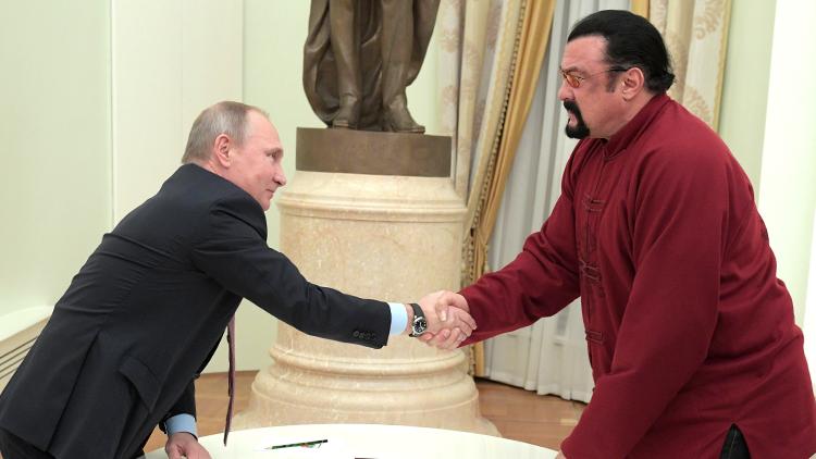 Vladímir Putin entrega el pasaporte de Rusia al actor Steven Seagal (VIDEO)