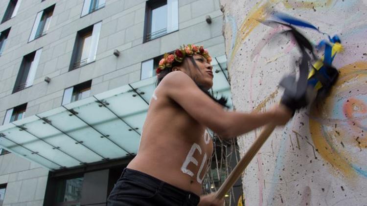 Activista de Femen intenta romper un fragmento del Muro de Berlín en Kiev (VIDEO)