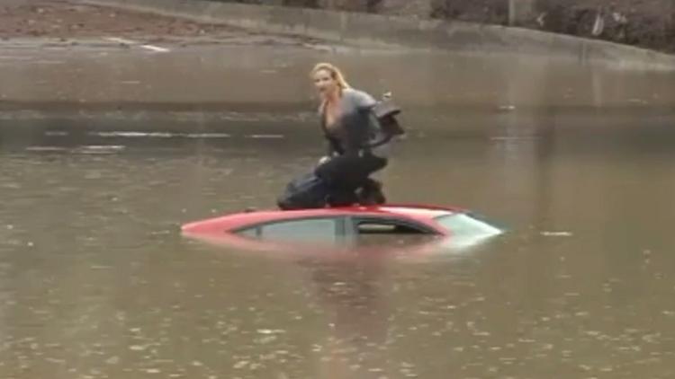 España: Una mujer permanece en su coche mientras se hunde en una carretera inundada (VIDEO)