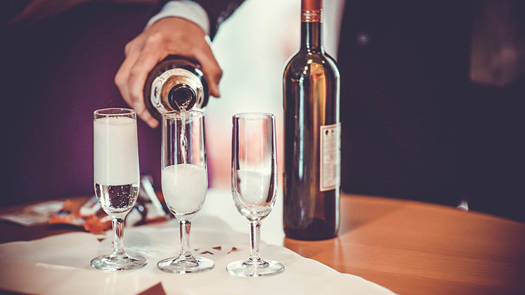 Científicos descubren el gen responsable de que las personas deseen beber alcohol
