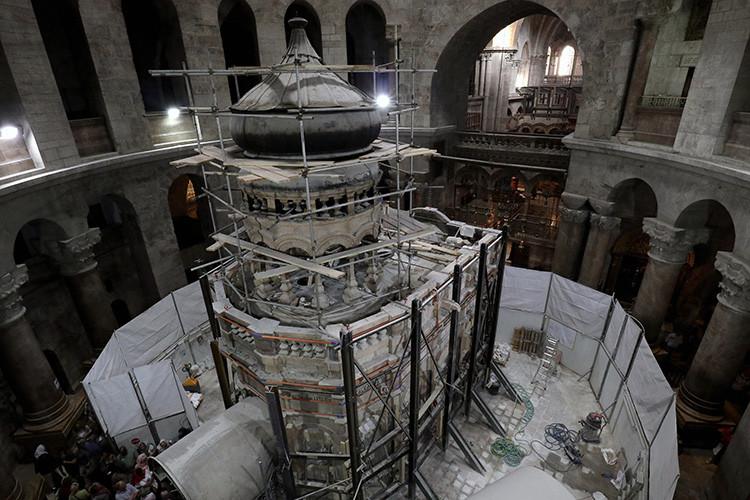 Expertos en conservación de patrimonio cultural de la Universidad Técnica Nacional de Atenas (Grecia) fortalecen el edículo alrededor de la tumba de Jesucristo en la iglesia del Santo Sepulcro en Jerusalén, el 28 de octubre de 2016.