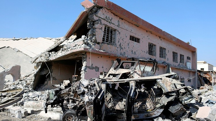 Un edificio y un vehículo militar destrozados por los combates entre las fuerzas iraquíes y el Estado Islámico en Bajdida, cerca de Mosul, Irak, el 30 de octubre de 2016.