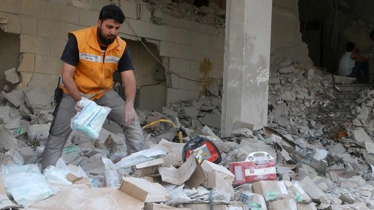 Un miembro de la Media Luna Roja Siria recoge suministros médicos dispersos después de un ataque aéreo en el barrio de Tariq al-Bab de Alepo, Siria, el 30 de abril de 2016.