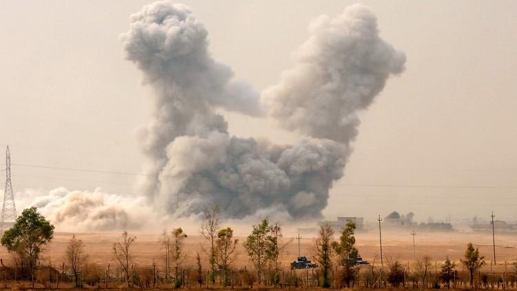 Columnas de humo se elevan junto a la ciudad de Bashiqa, cerca de Mosul, Irak, tras un ataque aéreo de EE.UU., el 24 de octubre.