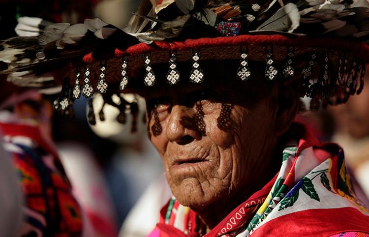 Un anciano huichol vestido de un sombrero tradicional participa en una protesta en la Ciudad de México el 27 de octubre de 2011 contra la construcción de una mina de plata en Wirikuta por parte de la compañía canadiense First Majestic Silver CorporationReuters