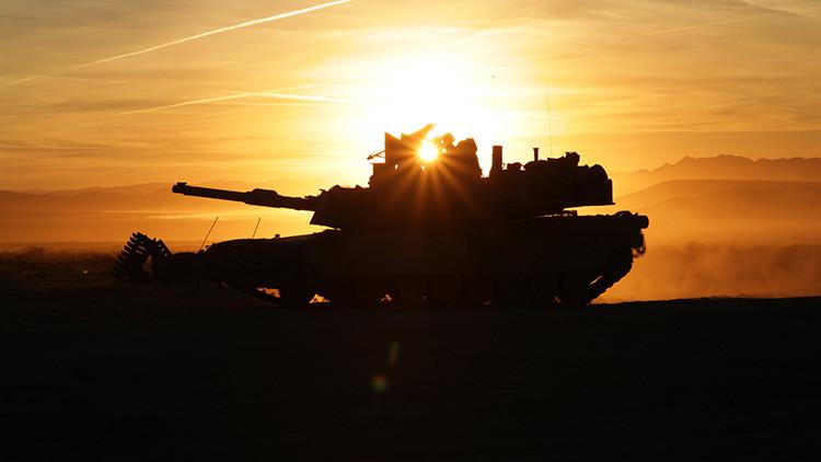 Soldados del Ejército estadounidense conducen un vehículo blindado M1A2 Abrams en el centro de entrenamiento Fort Irwin, estado de California, EE.UU. 7 de octubre de 2016.