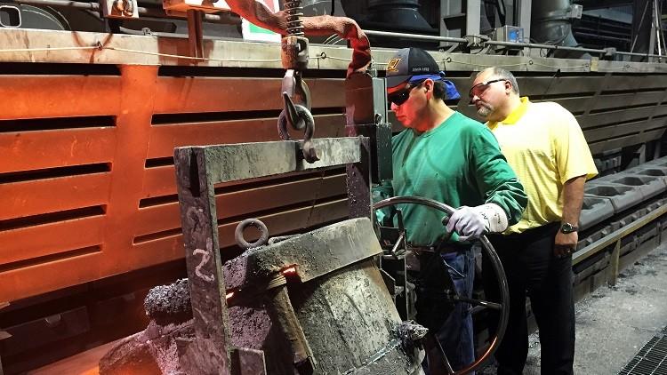 Un trabajador procesa metal líquido en Bremen, Indiana, EE.UU., el 16 de junio de 2016.