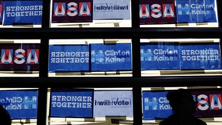 Posters de campaña de la candidata demócrata a la Casa Blanca, Hillary Clinton, en Detroit, Michigan, EE.UU., el 4 de noviembre de 2016.