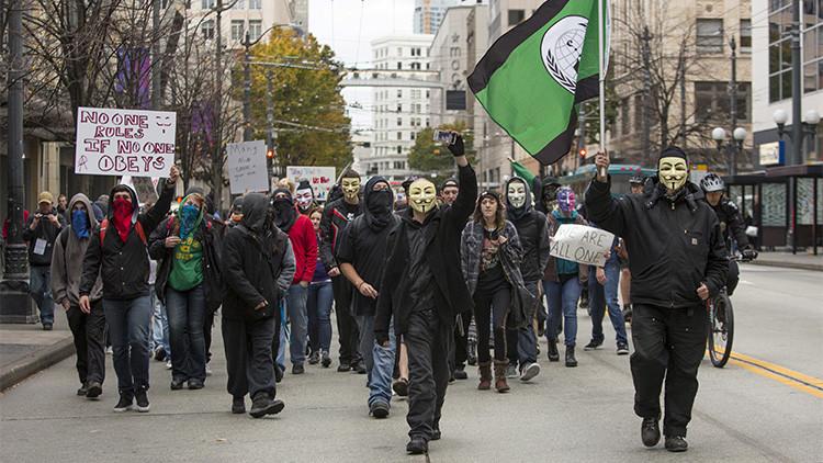 Activistas con máscaras de Guy Fawkes participan en la 'Marcha del Millón de Máscaras' en Seattle, Washington (EE.UU.), el 5 de noviembre de 2015 Jason RedmondReuters