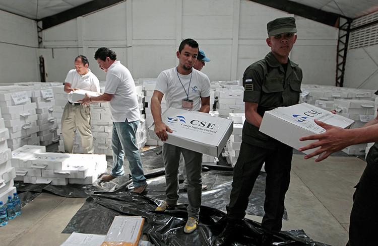 Empleados del consejo electoral de Nicaragua y miembros del Ejército del país en un centro de distribución de material electoral en el Consejo Supremo Electoral de Managua, Nicaragua, el 24 de octubre de 2016.
