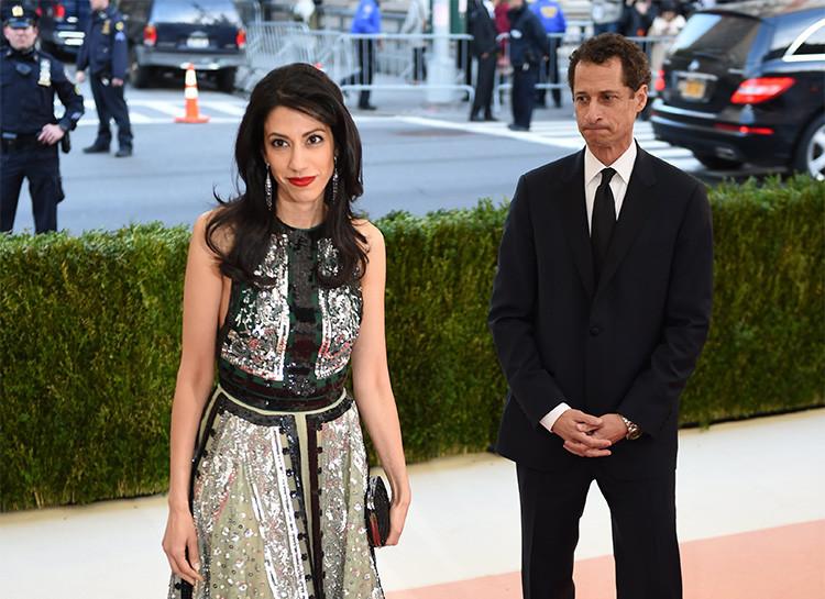 Anthony Weiner y Huma Abedin llegan a un evento de beneficencia en el Museo Metropolitano de Nueva York. 2 de mayo de 2016.