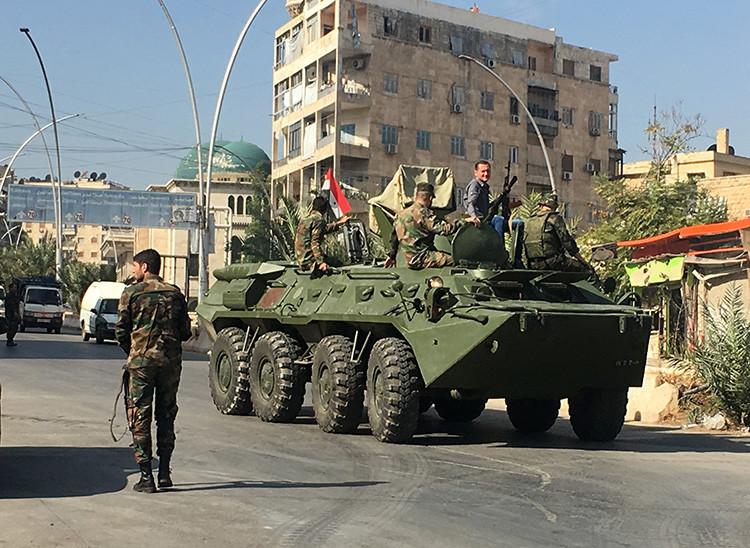 Un vehículo blindado en la zona de un corredor humanitario en Alepo, Siria.