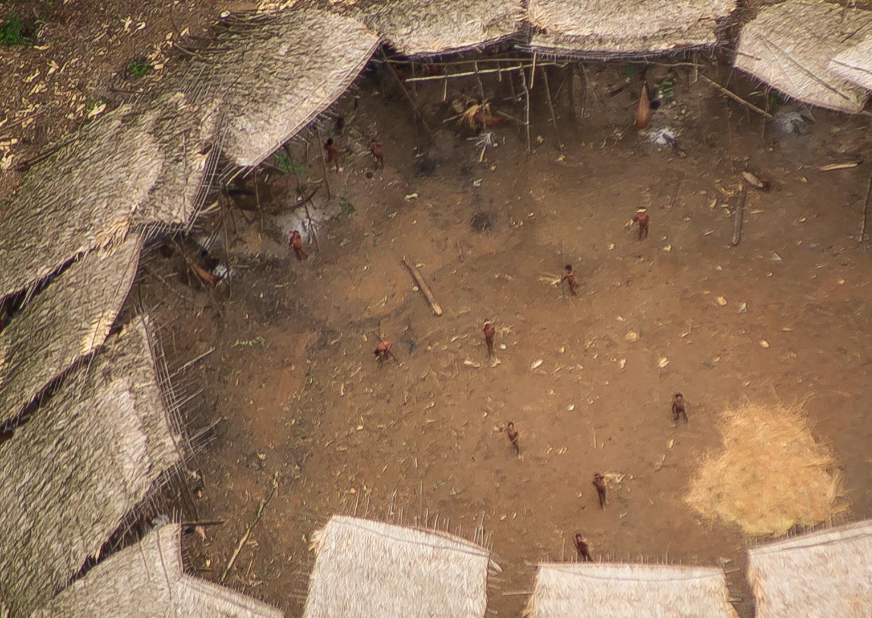 Indígenas aislados yanomamis fotografiados desde el aire cerca de la frontera con Venezuela. Parecen gozar de buen estado de salud y su población parece haber aumentado