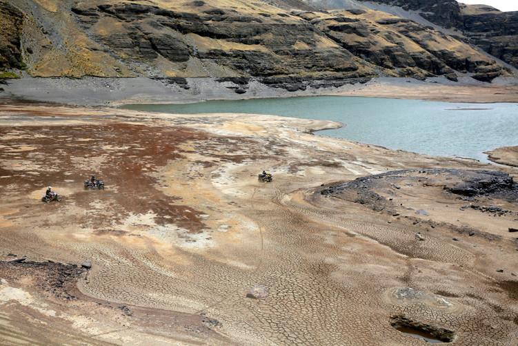 Un cuatriciclo pasa por la represa Ajuan Khota, afectada por la sequía, cerca de La Paz