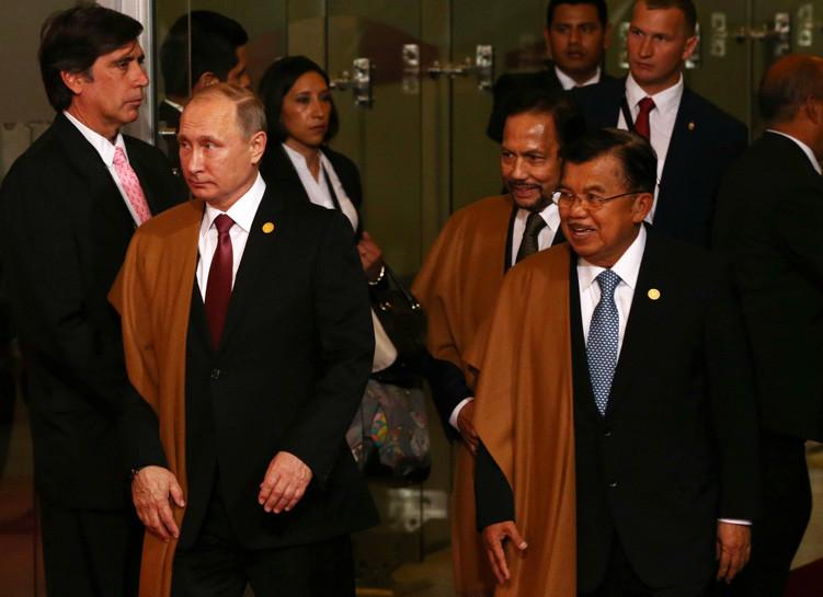 El presidente ruso Vladímir Putin, el sultán de Brunéi Haji Hassanal Bolkiah y el vicepresidente de Indonesia Jusuf Kalla en la cumbre del APEC en Lima, Perú