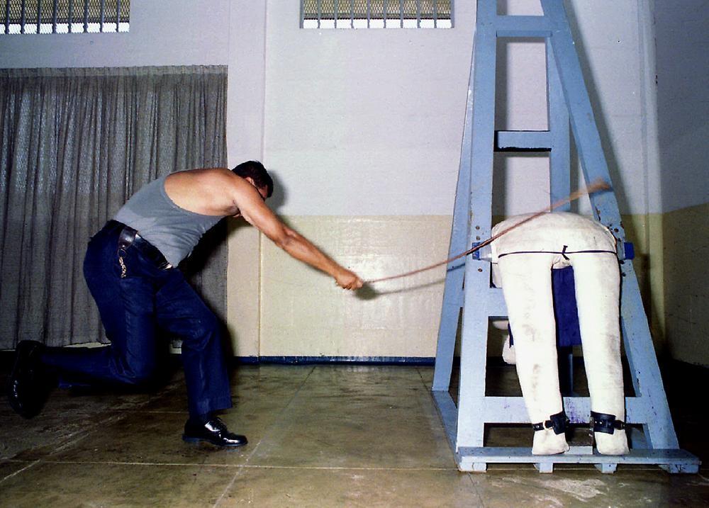 Resultado de imagen para foto de castigos a delincuentes en singapur