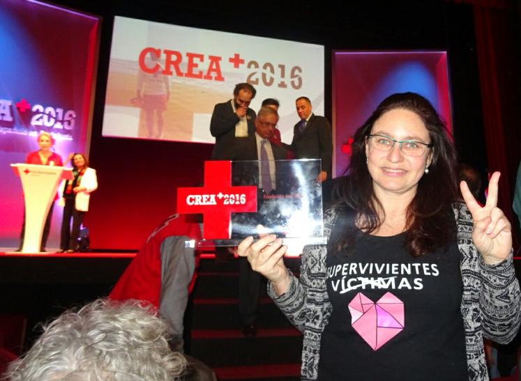Ana Bella recogiendo un premio concedido a la fundación