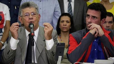 Henry Ramos Allup, presidente de la Asamblea Nacional yDiputado de la alianza de partidos de oposición (MUD), habla durante una conferencia de prensa al lado del gobernador del estado Miranda, Henrique Capriles, en Caracas. 21 de octubre de 2016