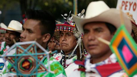 Miembros de la comunidad indígena wirrárika vestidos con trajes típicos participan en una protesta en Ciudad de México el 27 de octubre de 2011 contra la construcción de una mina de plata en Wirikuta por parte de la compañía canadiense First Majestic Silver Corporation