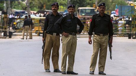 Policías paquistaníes hacen guardia cerca del lugar de un atentado contra un vehículo de las fuerzas de seguridad en la ciudad Fateh Jang, Pakistán, 4 de junio de 2014