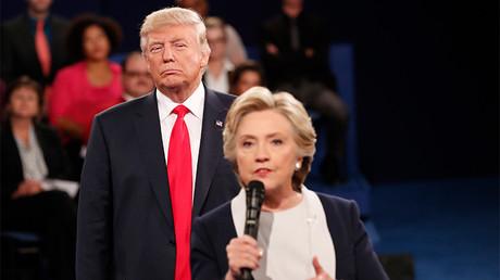 Donald Trump observa a Hillary Clinton durante el debate presidencial que celebraron en la Universidad Washington de San Luis, Misuri, EE.UU., 9 de octubre de 2016
