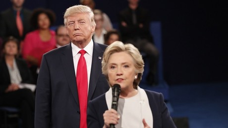 Hillary Clinton y Donald Trump responden preguntas del público durante el debate presidencial que mantuvieron el 9 de octubre, 2016.