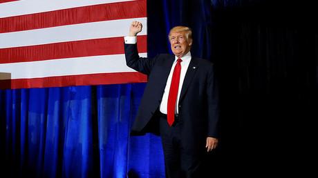 El candidato a la presidencia de EE.UU. Donald Trump saluda a sus partidarios durante un evento de campaña en Tampa, Florida. 5 de noviembre de 2016.