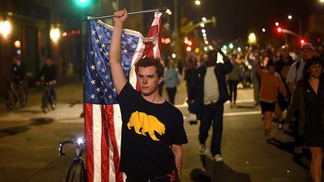 Unos manifestantes marchan contra el presidente electo, Donald Trump, en la ciudad de Oakland (California, EE.UU.)